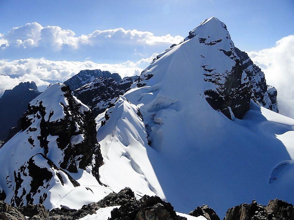 Vue depuis le Pico Tarija. Le Pequeño Alpamayo? Tu descends droit dans les rochers, tu longes l'arrête sans tomber dans les crevasses, et c'est là...